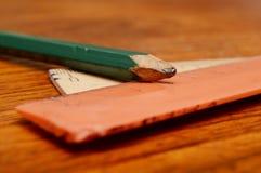 Blyertspenna och linjaler Arkivbilder