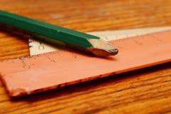 Blyertspenna och linjaler Arkivbild
