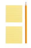 Blyertspenna- och post-itanmärkning på vit bakgrund Arkivbild