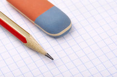 Blyertspenna och radergummi arkivbild