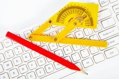 Blyertspenna och tangentbord Royaltyfri Foto