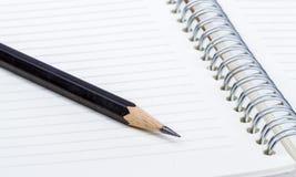 Blyertspenna på övre fors för anteckningsbokslut Royaltyfri Foto