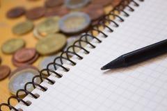 Blyertspenna på anteckningsboken och pengar Fotografering för Bildbyråer