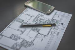 Blyertspenna på den tekniska teckning och smartphonen Royaltyfria Foton