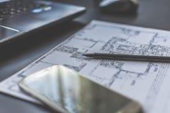 Blyertspenna på den tekniska teckning och smartphonen Royaltyfri Fotografi