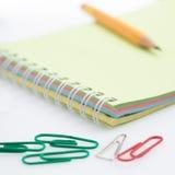 Blyertspenna på notepadsammansättningen Arkivbilder