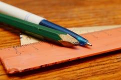 Blyertspenna, penna och linjaler Arkivfoto