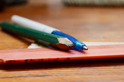 Blyertspenna, penna och linjaler Arkivbild