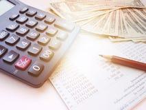 Blyertspenna, räknemaskin, pengar och sparkontobankbok eller bokföringsunderlag på vit bakgrund Royaltyfri Foto