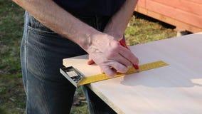Blyertspenna som markerar tr?br?det f?r att klippa Vinkelr?tt lager videofilmer