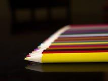 Blyertspennafärgpennor som ligger på en tabell Arkivfoto