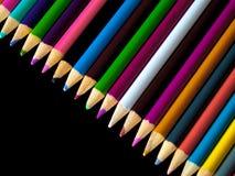 Blyertspennafärgpennor som ligger på en tabell Royaltyfri Fotografi