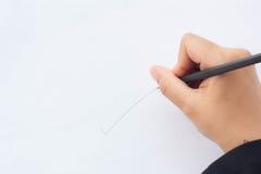 Blyertspennan i affärskvinnor räcker handstil på papper Royaltyfria Bilder