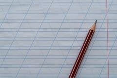 Blyertspennan ligger överst av anteckningsboken i den sneda linjalen Top beskådar kopiera avstånd royaltyfria bilder