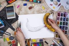 Blyertspennan skissar av en banan arkivbild