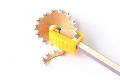blyertspennan vässade wood shavings Arkivbild