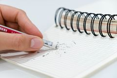 Blyertspennaradergummi, blyertspennaradergummi som tar bort ett skriftligt fel på ett stycke av det korrekt och felbegreppet för  royaltyfri fotografi