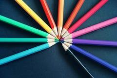 Blyertspennor av olika färger stänger sig upp royaltyfria bilder