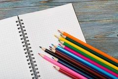 blyertspennor Dra med en blyertspenna draw som lärer till arkivfoton
