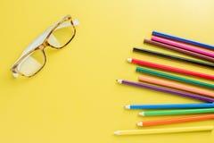 Blyertspennor för anblickbruntmodell färgar på gul bakgrund Royaltyfria Foton