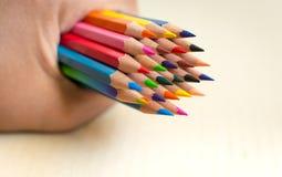 Blyertspennor för maninnehavfärg i hand Arkivbilder