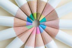 Blyertspennor för pastellfärgad färg ordnar i cirkel på ljus - gul pappersbac Royaltyfria Foton