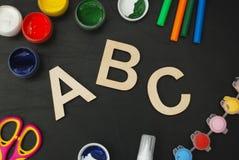 Blyertspennor för träsvart tavla för svart tavla för bokstäver för abc för skolatillförsel laser klippta färgrika, målarfärg, sax Royaltyfria Bilder