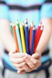 Blyertspennor i barns händer Arkivbilder