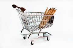 Blyertspennor i shoppingspårvagn Arkivfoton