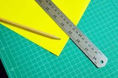 Blyertspennor linjaler, gulingpapper Royaltyfri Fotografi
