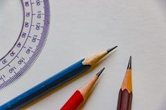 Blyertspennor och en linjal på grå bakgrund fotografering för bildbyråer