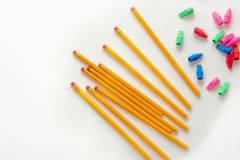 Blyertspennor och färgrika radergummin från över arkivbild