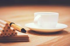 Blyertspennor och kaffekopp Royaltyfria Foton