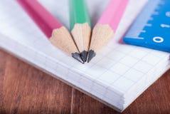 Blyertspennor och linjal på anteckningsboken Fokus på blyertspennor royaltyfri bild