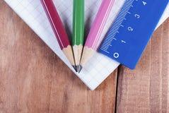 Blyertspennor och linjal på anteckningsboken Fokus på blyertspennor royaltyfri fotografi