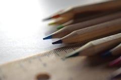Blyertspennor och linjal p? den vita tabellen arkivfoton