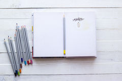 Blyertspennor och pappers- anteckningsbok för kreativitet, konst, anmärkningar och drawin Arkivbild