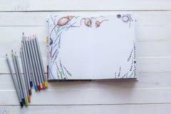Blyertspennor och pappers- anteckningsbok för kreativitet, konst, anmärkningar och drawin Royaltyfria Bilder