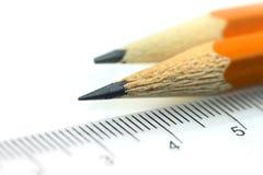 Blyertspennor och scale arkivfoton