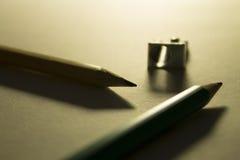 Blyertspennor och vässare på papperet i panelljuset Arkivfoton