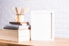 Blyertspennor och vitram arkivfoto