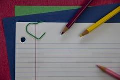Blyertspennor på anteckningsbokpapper Arkivfoto