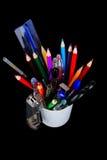 Blyertspennor pennor, linjal, borste i ett exponeringsglas royaltyfri foto