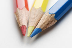 Blyertspennor röd guling och blått Arkivbilder