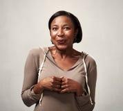 Blyg afrikansk amerikankvinnastående Arkivfoto