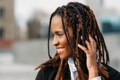 Blyg afrikansk amerikankvinnlig lycklig modell royaltyfria foton
