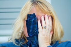 blyg blond kamera arkivbild