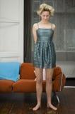 blyg klänningflickauppvisning Arkivbild