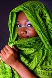 blyg kvinna för afrikansk scarf Royaltyfri Foto
