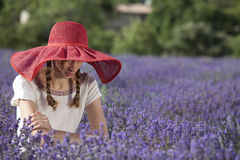 Blyg kvinna i ett lavendelfält Royaltyfri Foto
